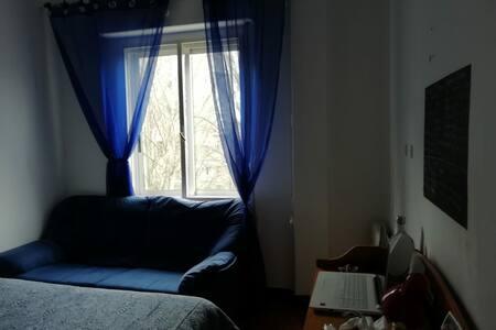 Habitacion amplia y luminosa para descansar.