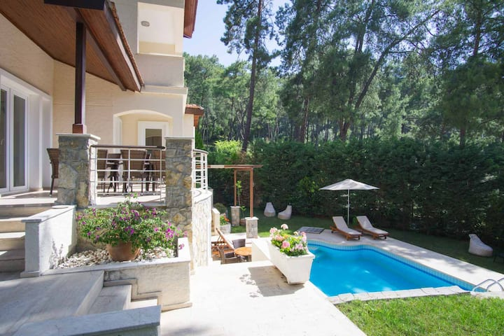 Up to 10 People Super Luxury Private Pool Villa