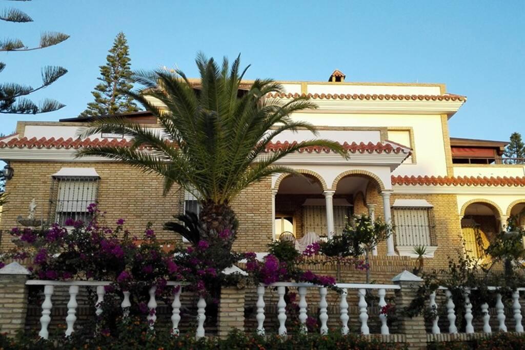 El apartamento está situado en la primera planta de esta casa familiar. Tiene otra terraza posterior y una en otra planta superior, con magníficas vistas a Doñana. Es totalmente independiente de la casa, y tiene una entrada privada.