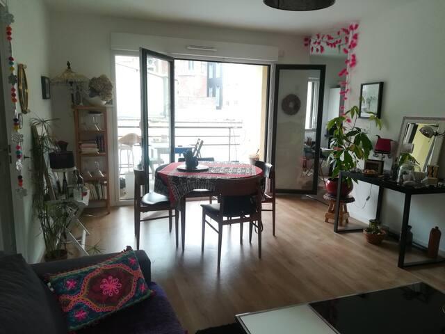 salle à manger-salon avec balcon