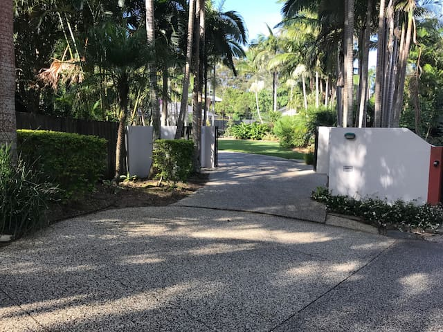 3 Bedrooms in family home with tennis court, pool - Buderim - Bed & Breakfast