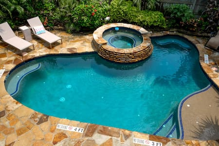 FIREHENRYS 109 PRIVATE OASIS BACKYARD POOL&HOT TUB