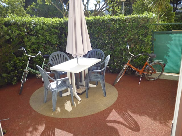 Studio en rez de jardin , un vrai lit et vélos!