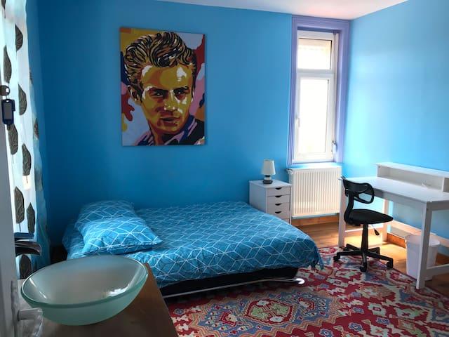 Chambre indépendante & confortable bleu turquoise