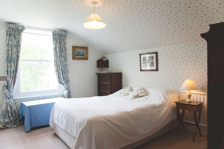 Light and quiet double bedroom