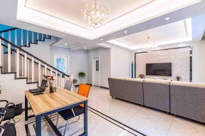 45平方的客厅,大大的电视机,跟家庭影院差不多