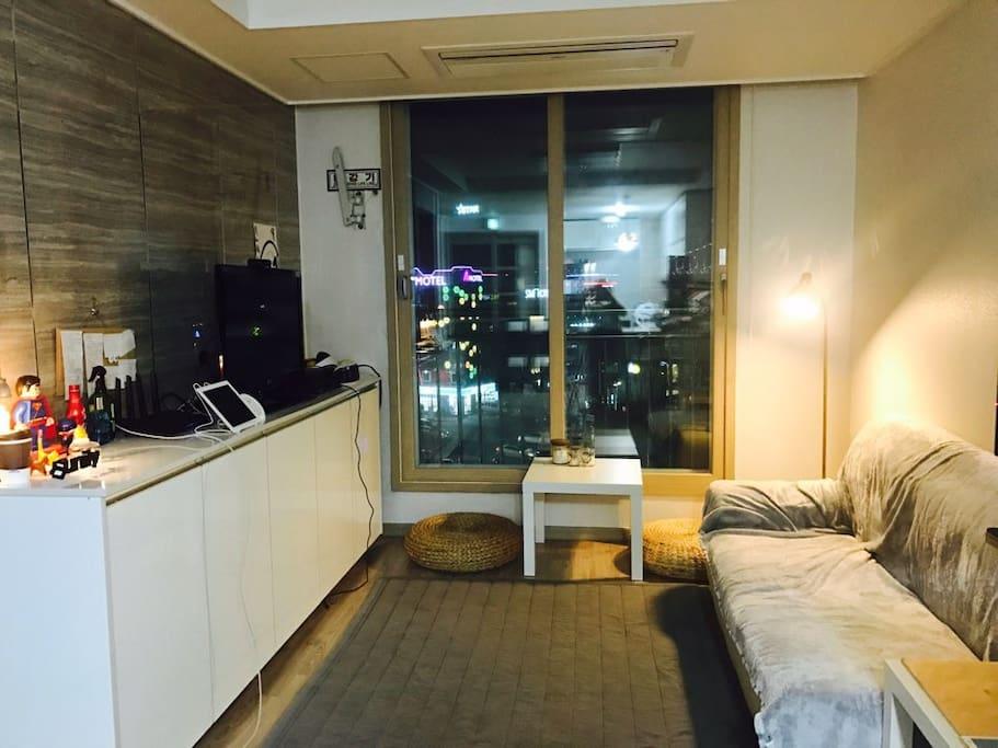 거실과 주방이 이어져 있습니다. 창가에 앉아 차를 즐기실 수도 있어요.