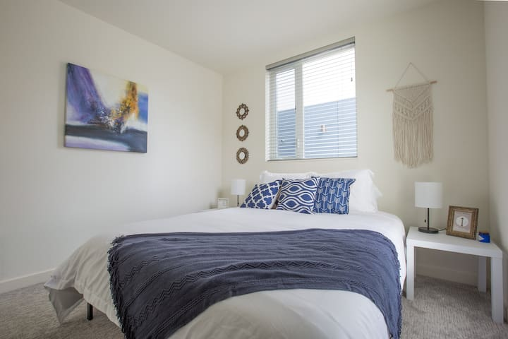 Modern and Clean Suite in West Seattle - 10 min DT