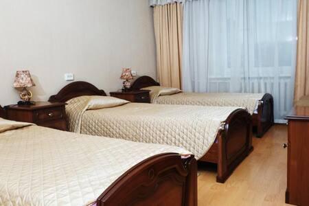 3 отдельные кровати, на окнах плотные шторы