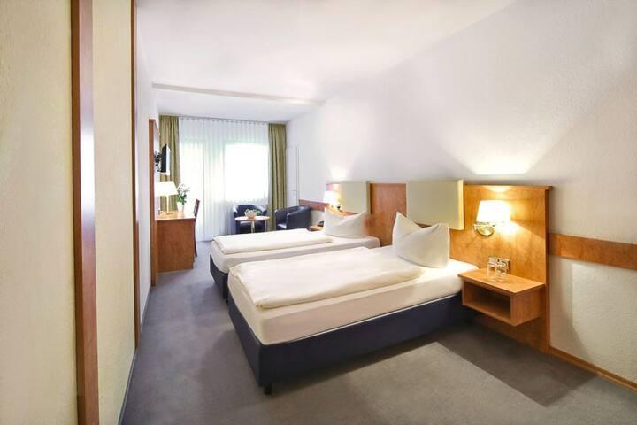 Waldhotel Bächlein (Mitwitz), Doppelzimmer Standard Plus mit großem Bad und Balkon