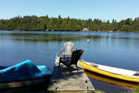 Wonderful lakefront cottage sleeps 6 (max).