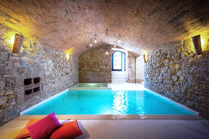 Elegant historic Palazzo, views of Tuscan valley
