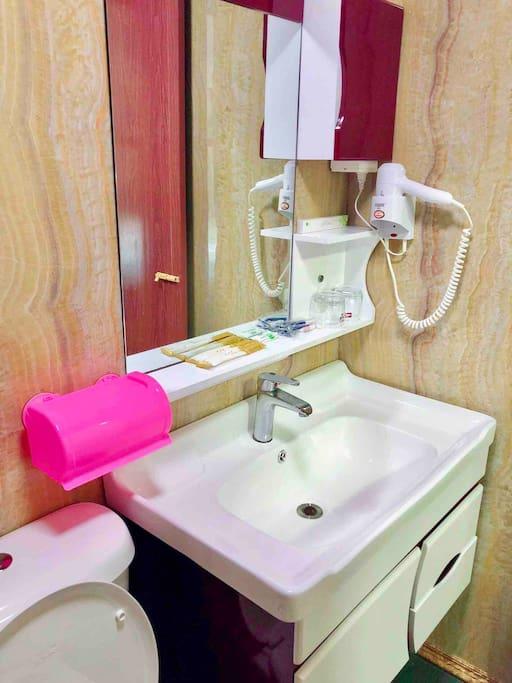 包含各种洗漱用品电吹风的洗手间