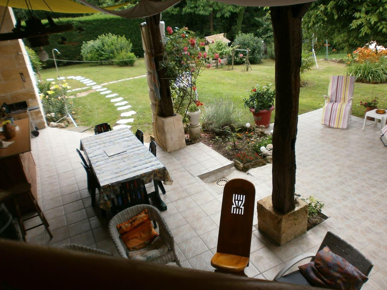 vue sur la terrasse et son jardin.