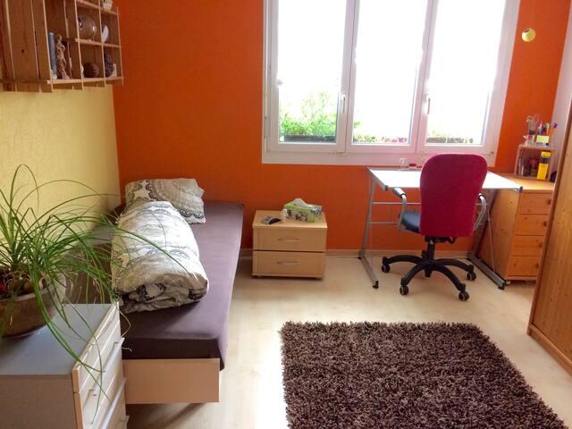 Zimmer 2 - Bett (140 cm breit) mit Arbeitsplatz