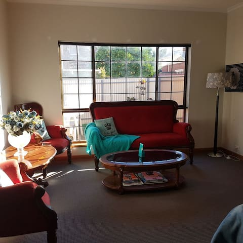 4KM to CBD -A secluded private inercity cottage.