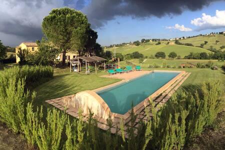 Dimora in campagna con piscina e giardino - Loro Piceno - Apartamento