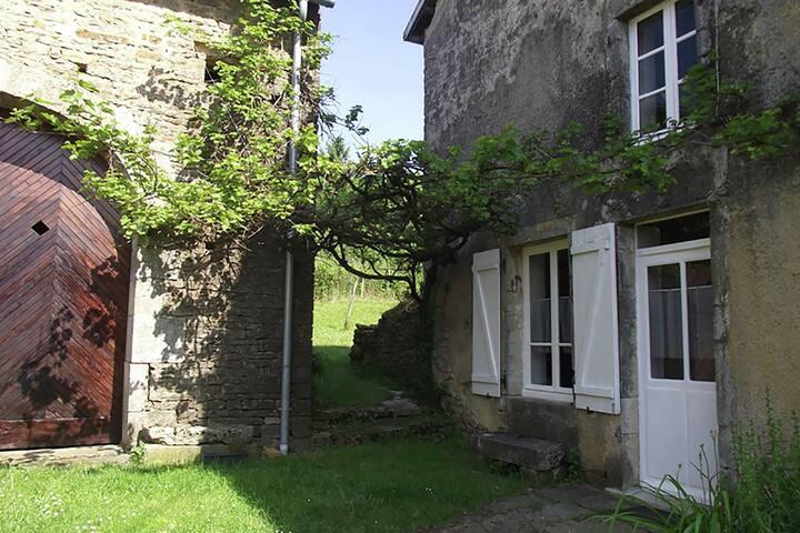 Belle maison de vacances avec jardin à Chargey-lès-Port