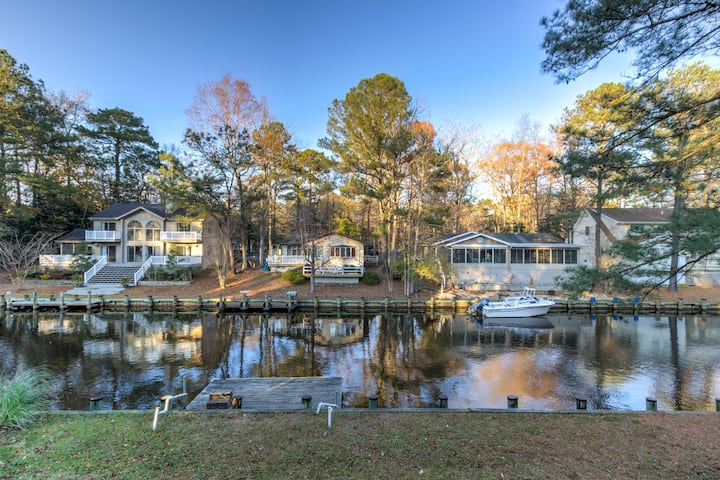 Family-friendly home on canal w/entertainment, dock & free WiFi