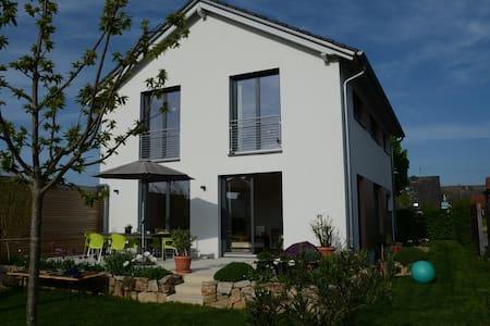 Helles freundliches Haus mit schönem Garten - Gottenheim - Hus