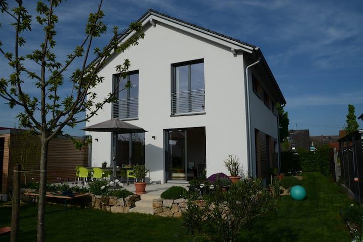 Helles freundliches Haus mit schönem Garten