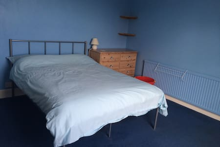 Room to let in family home - Longlevens - Casa