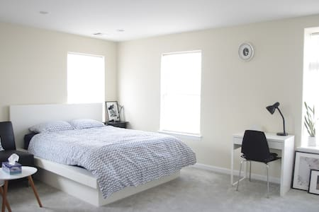 Bright Private Studio Near Beach & Subway - Queens - Casa