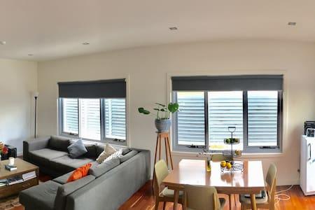 Sunny Seddon 1 bedroom 'penthouse' - Seddon