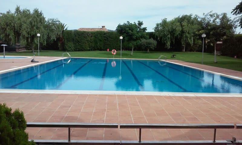 Naturaleza y piscina municipal cerca de la casa