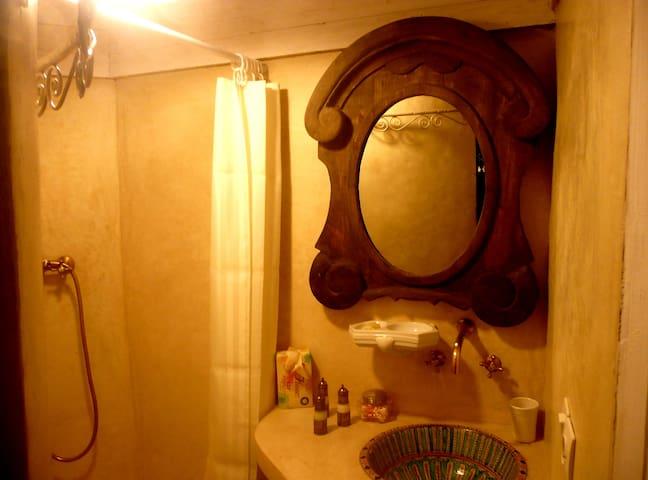 Salle de bain avec w.c. séparé