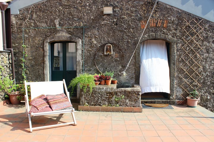 Tra Etna e Mare: old winery with private terrace - Sant'Alfio - House