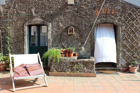 Tra Etna e Mare: old winery with private terrace - Sant'Alfio - Huis