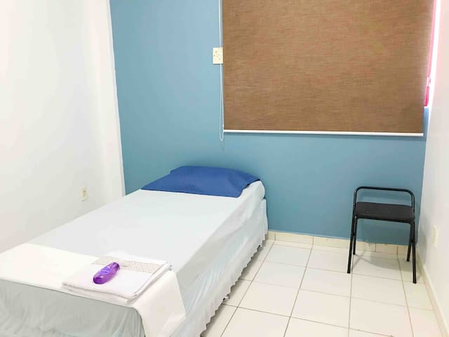 Quarto 2 : ventilador e cama de solteiro