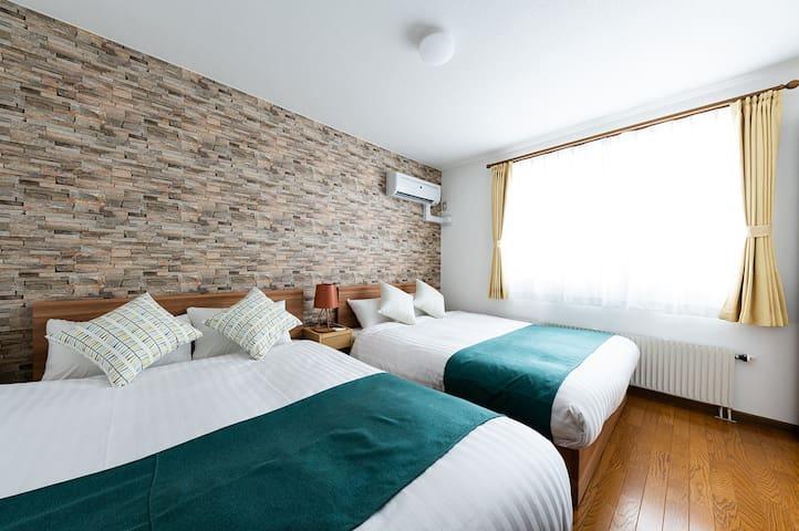Bedroom2:double sized bed (195 cm×140 cm) ×2  ☆寝室2:ダブルベッド 2台 (195 cm×140 cm)