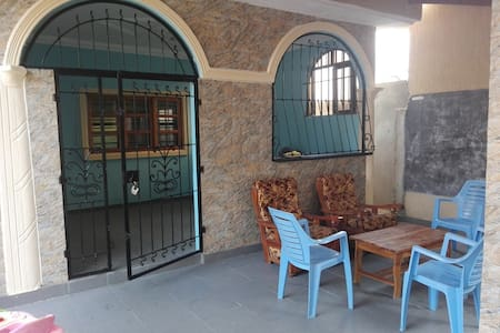 maison toutes commodités immergée dans vie locale