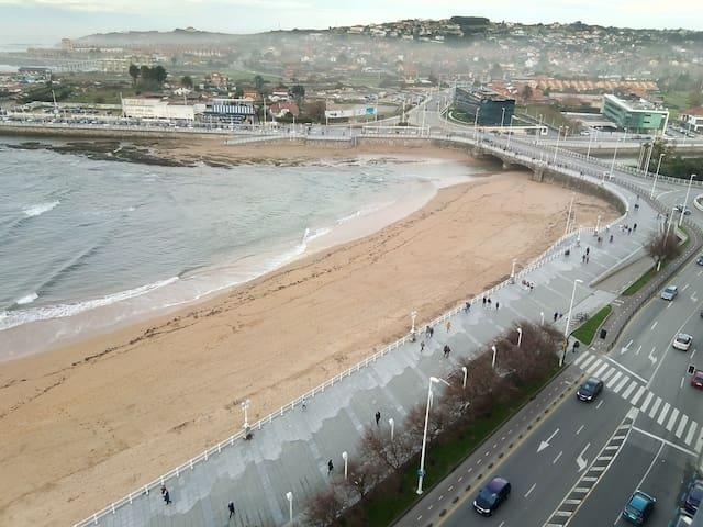 En primera linea de playa. Con vistas al mar