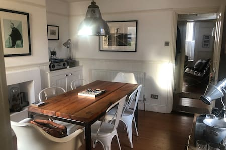 WHITSTABLE central location Captains cottage Fab!