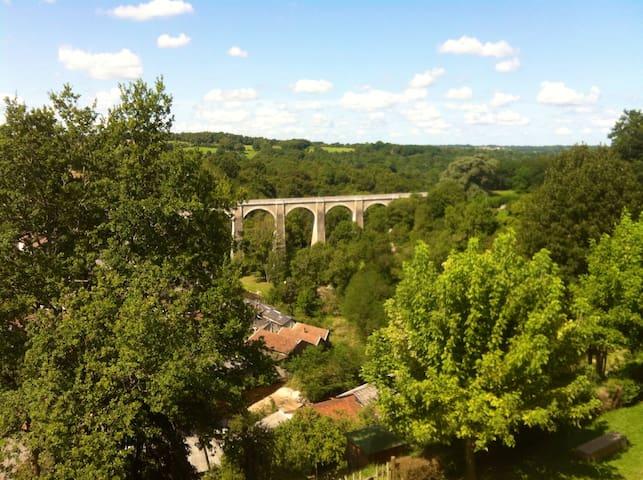Uitzicht op historische brug vanuit tuin