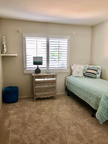 3rd guest room on 2nd floor w/twin bed - Sleeps 1