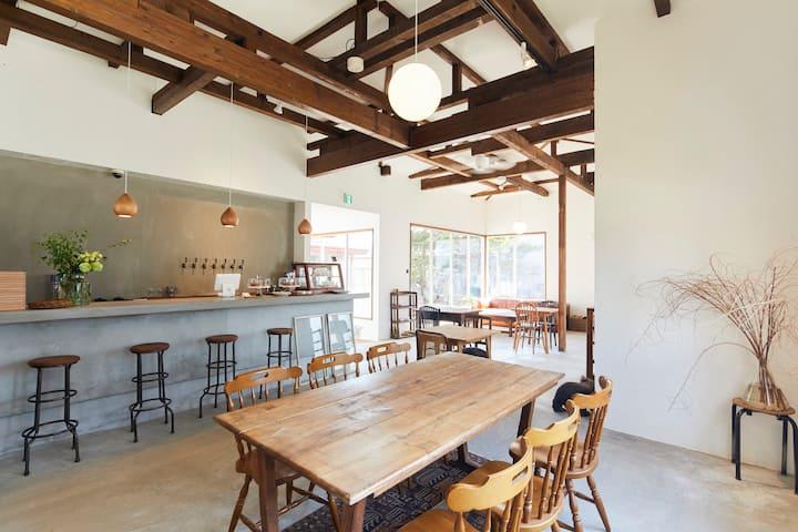 駅近の便利なホステル。7種類のクラフトビールが樽生で楽しめるカフェバーも併設しています。