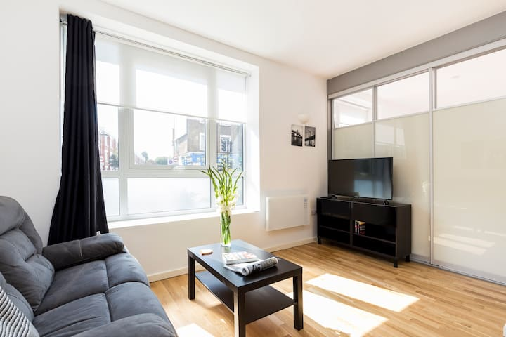 Modern 1BR flat steps away from Archway tube