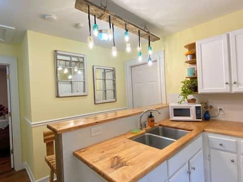 Komplette Küche, 2 Betten, 2 Bad mit Waschküche und Fischteich