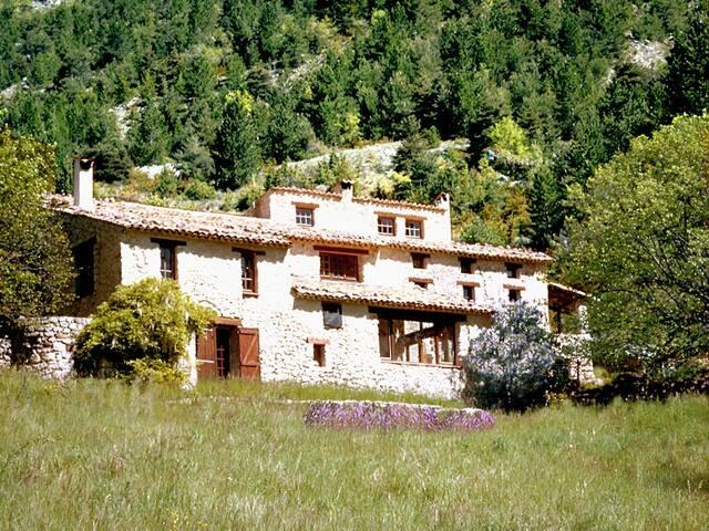 Ancienne ferme provencale en pleine nature - Cornillac - House