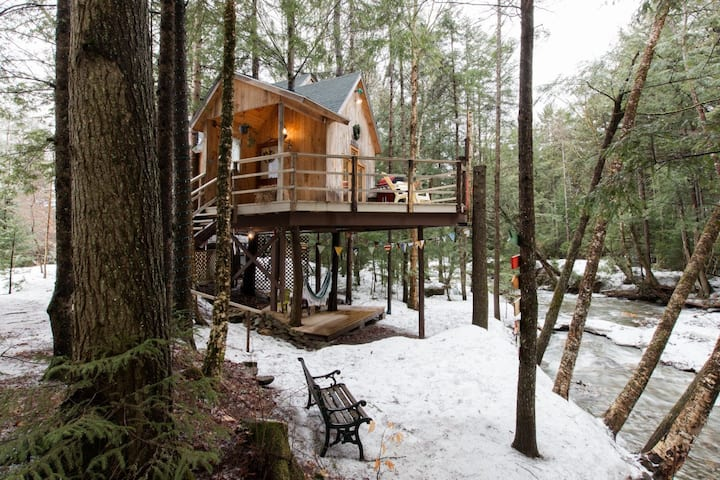 Lola's Brookside Treehouse (Vermonters only!)