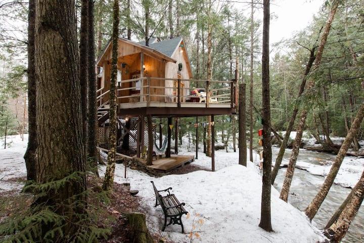 Lola's Brookside Treehouse