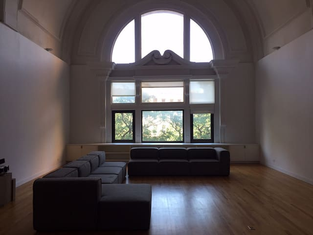 Vaulted ceilings with floor to ceiling windows in front and rear