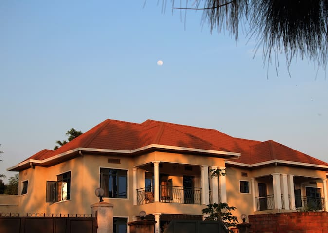 Room in home in the heart of Kigali #1 - Κιγκάλι - Σπίτι