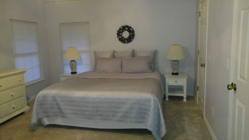 King bed/private entry&private bath Springdale 2