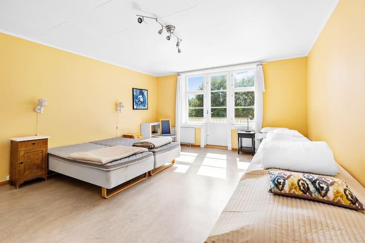 Balkongrommet med nydelig utsikt over hagen og Hurdalsjøen. Plass til 4, med mulighet til en ekstraseng.
