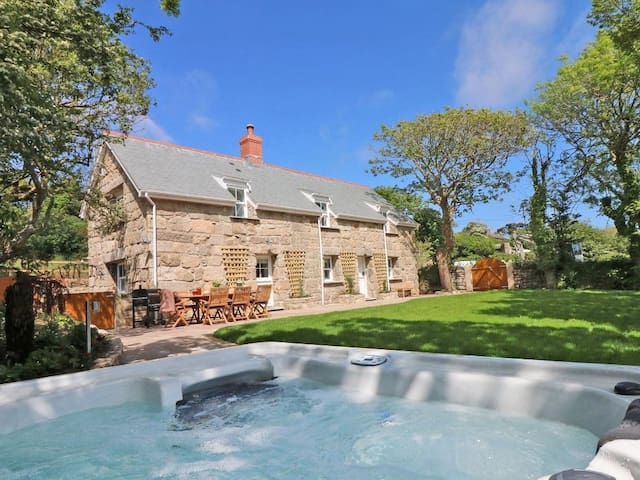 THE OLD FORGE, ST JUST, pet friendly in St Just, Ref 962656